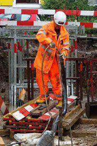 Im langen Loh 251, Schläuche der Betonpumpe werden gereinigt