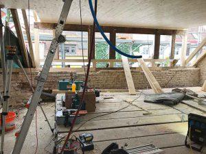 Wo nötig werden die Holzbalken der alten Dachgaube ersetzt