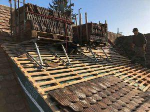 Das Dach wird mit Biberschwanzziegeln eingedeckt