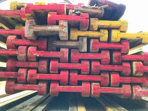 kunterbunt gestapelte Holzplanken