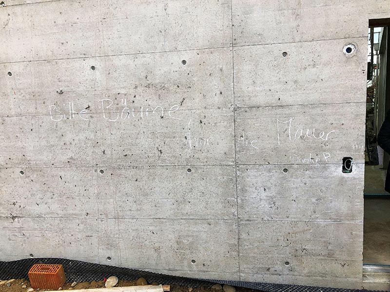 Gruss von Unbekannt an der Hausfassade