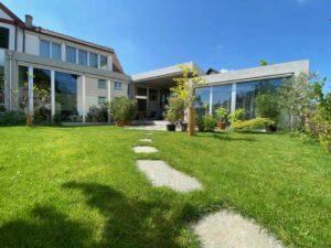 Das Bild zeigt den Garten der Liegenschaft Im langen Loh 251 in Basel im Mai 2020